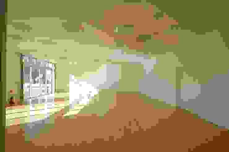 多目的ホール 合同会社 栗原弘建築設計事務所 モダンデザインの 多目的室 ゴム 白色