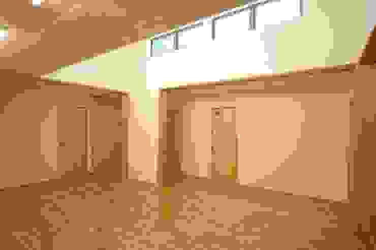 Modern Media Room by 合同会社 栗原弘建築設計事務所 Modern Wood Wood effect