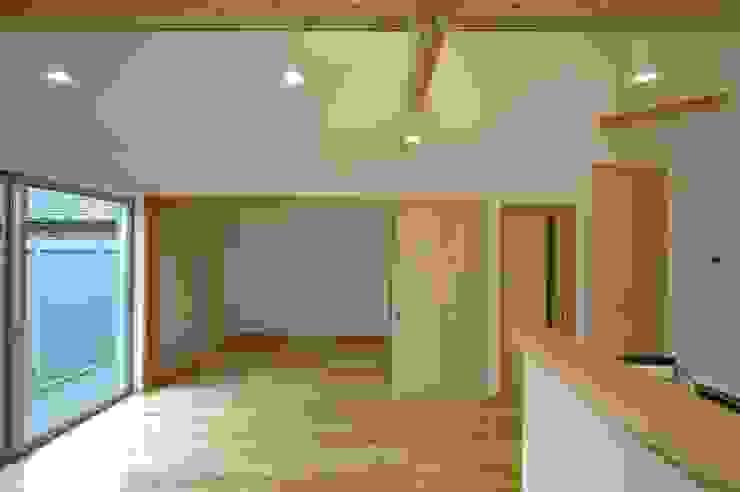 Modern Living Room by 合同会社 栗原弘建築設計事務所 Modern Wood Wood effect