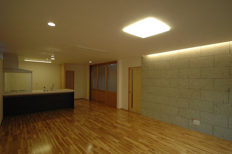 Modern Living Room by 合同会社 栗原弘建築設計事務所 Modern Stone