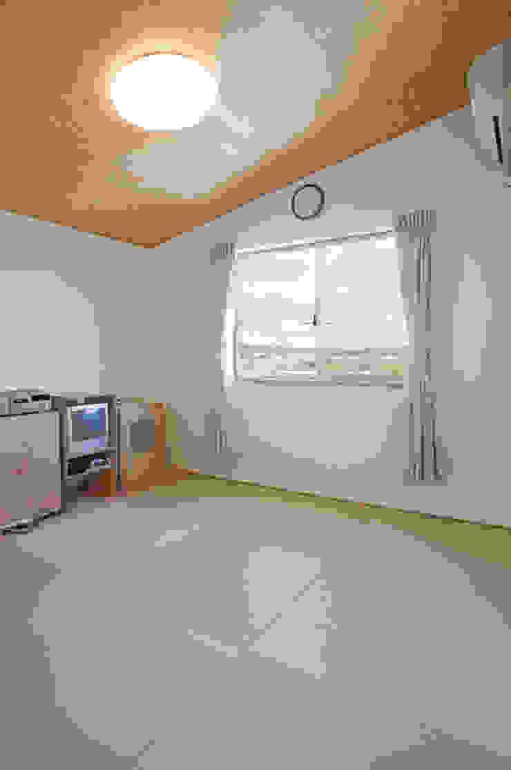 Modern media room by 株式会社 atelier waon Modern