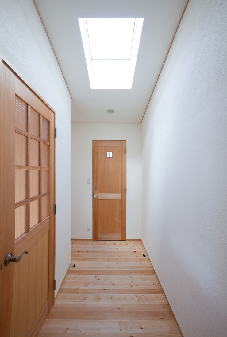 Modern Corridor, Hallway and Staircase by 株式会社 atelier waon Modern