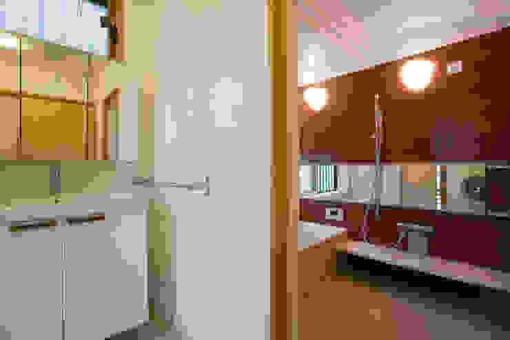 五條の家 モダンスタイルの お風呂 の 株式会社 atelier waon モダン