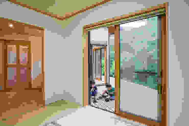 Phòng giải trí phong cách hiện đại bởi 株式会社 atelier waon Hiện đại