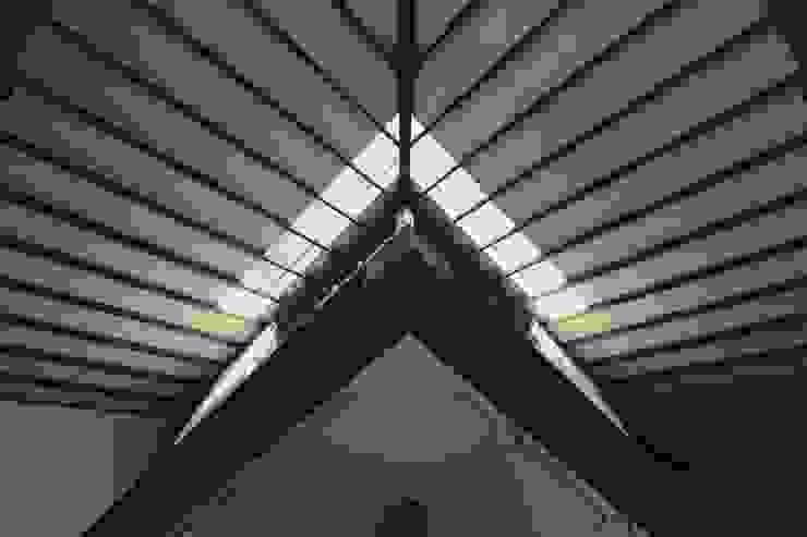 에클레틱 거실 by フィールド建築設計舎 에클레틱 (Eclectic) 우드 우드 그레인