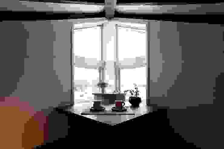 에클레틱 미디어 룸 by フィールド建築設計舎 에클레틱 (Eclectic) 우드 우드 그레인