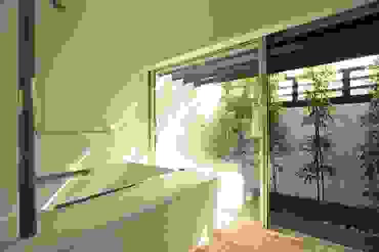 バスルーム: フィールド建築設計舎が手掛けたスパ・サウナです。,モダン 合成繊維 ブラウン