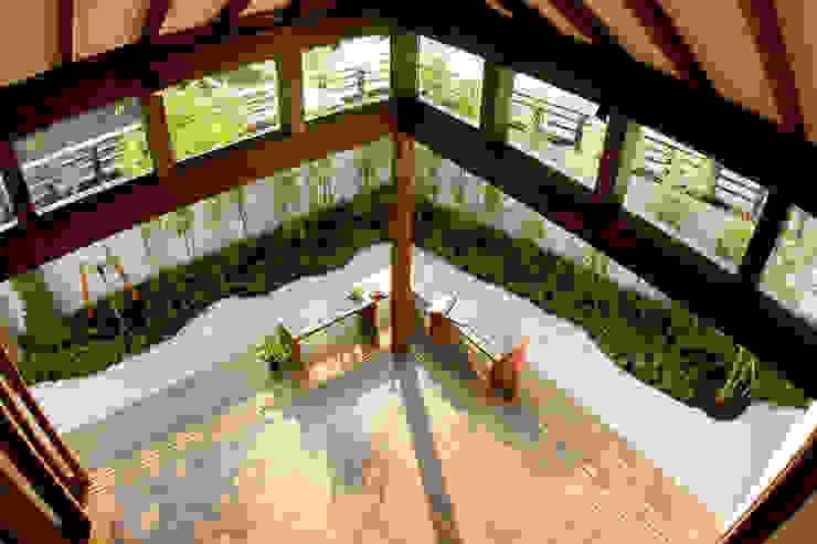 2階から庭を望む: フィールド建築設計舎が手掛けたテラス・ベランダです。,オリジナル 木 木目調