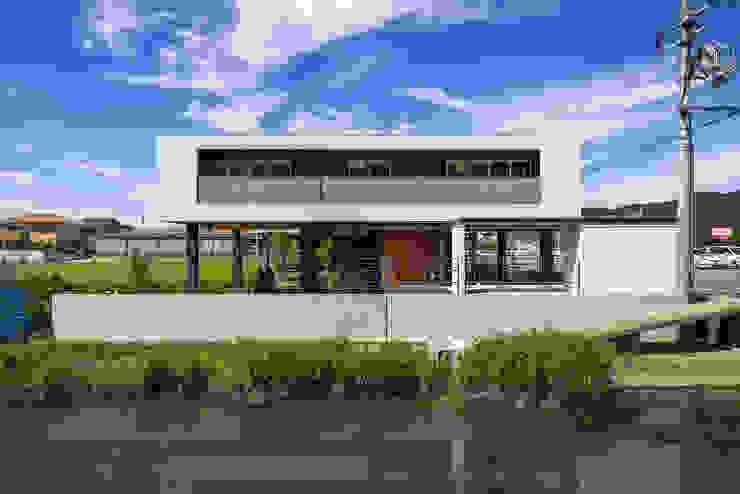 住宅棟外観(南側水路より) モダンな 家 の フィールド建築設計舎 モダン 鉄/鋼