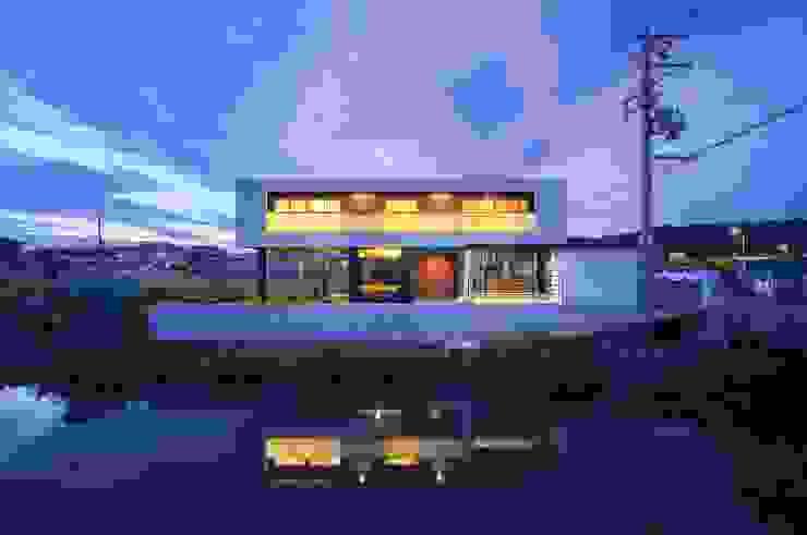 住宅棟外観(夜景) モダンな 家 の フィールド建築設計舎 モダン 鉄/鋼