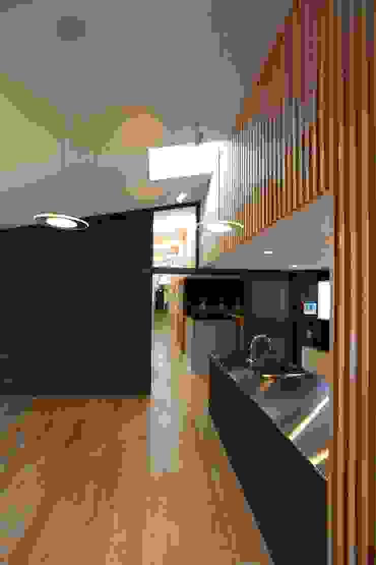 住居棟 LDK モダンデザインの リビング の フィールド建築設計舎 モダン 木 木目調