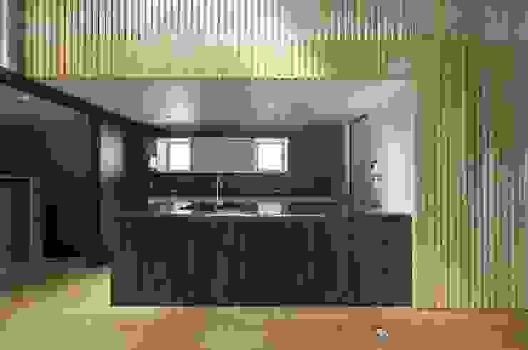 住居棟 キッチン モダンデザインの リビング の フィールド建築設計舎 モダン 木 木目調