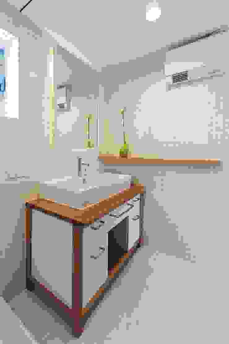 洗面室 モダンスタイルの お風呂 の フィールド建築設計舎 モダン タイル