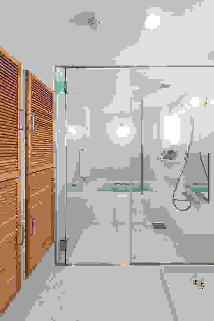 住宅棟 バスルーム モダンスタイルの お風呂 の フィールド建築設計舎 モダン タイル