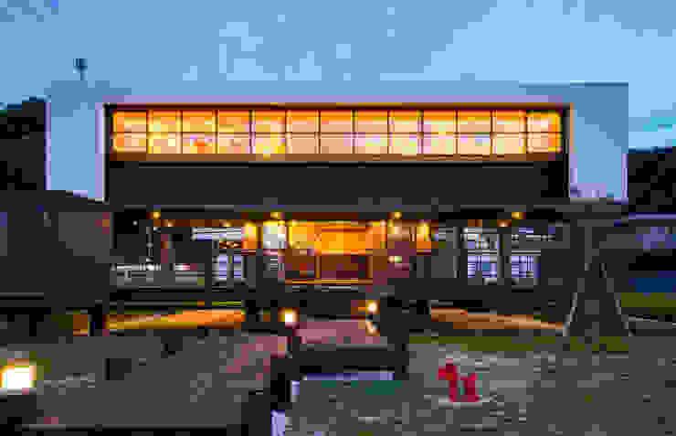 店舗棟外観(夜景) モダンな 家 の フィールド建築設計舎 モダン 木 木目調
