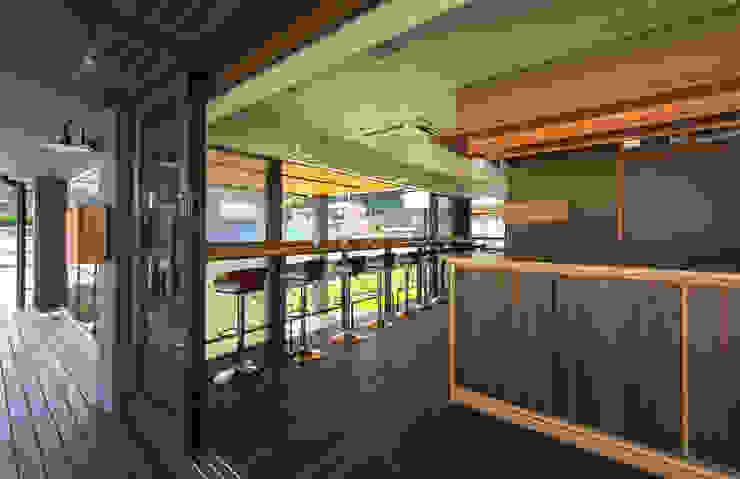 店舗棟 1階カフェ店内 カントリーデザインの ダイニング の フィールド建築設計舎 カントリー 木 木目調