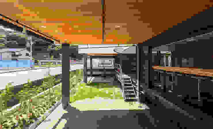 店舗棟 ピロティ(床下)スペース1 和風デザインの テラス の フィールド建築設計舎 和風 木 木目調