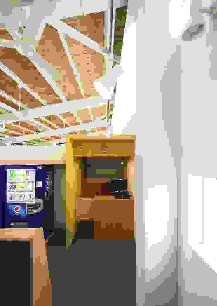 店舗棟 2階ネットカフェ店内1 モダンデザインの 書斎 の フィールド建築設計舎 モダン 木 木目調