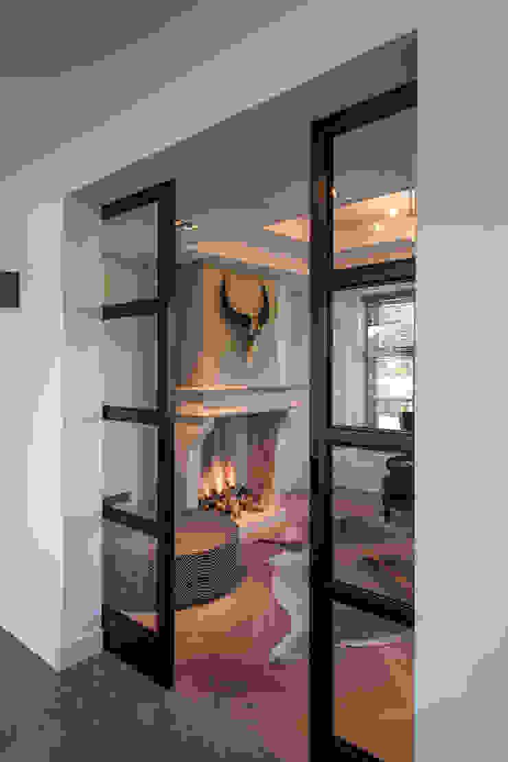 Stalen deuren Moderne woonkamers van Medie Interieurarchitectuur Modern Metaal
