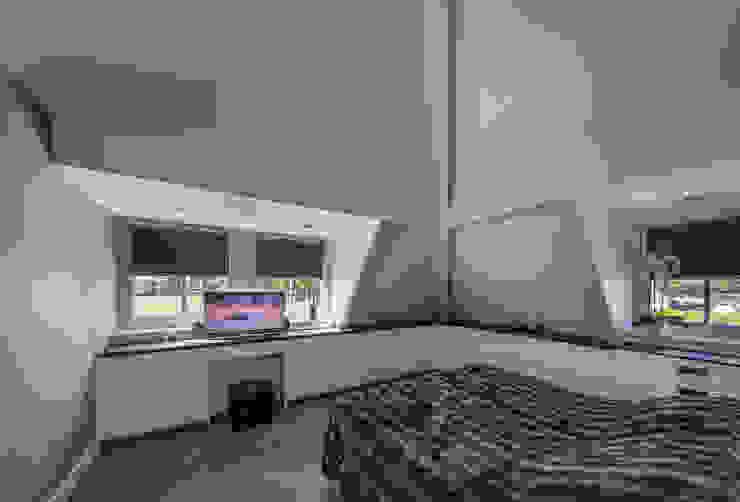 Masterbedroom t.v. Rustieke slaapkamers van Medie Interieurarchitectuur Rustiek & Brocante Textiel Amber / Goud