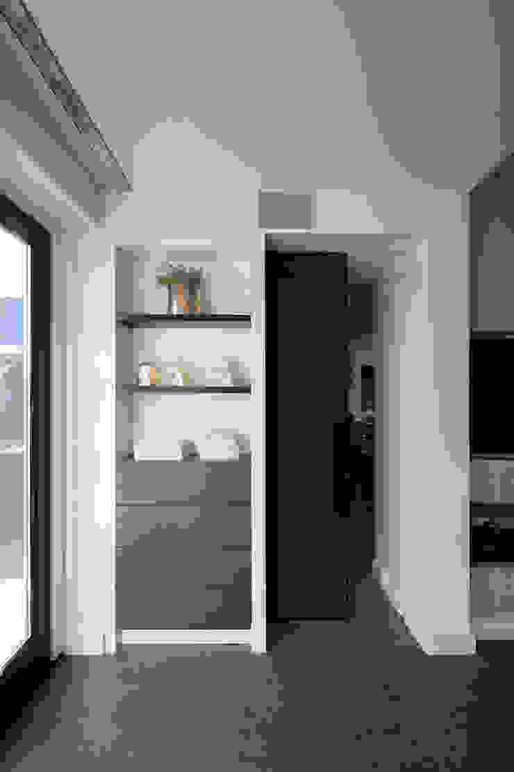 Nissen kast Moderne woonkamers van Medie Interieurarchitectuur Modern Leer Grijs