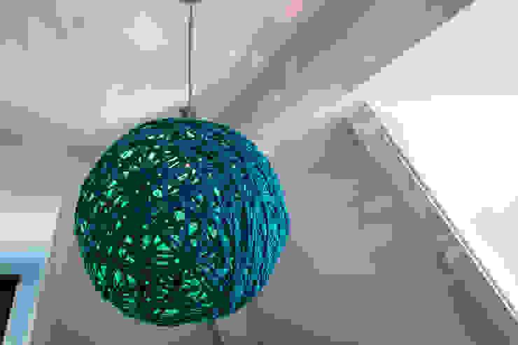 Lamp Girlsroom: modern  door Medie Interieurarchitectuur, Modern Textiel Amber / Goud