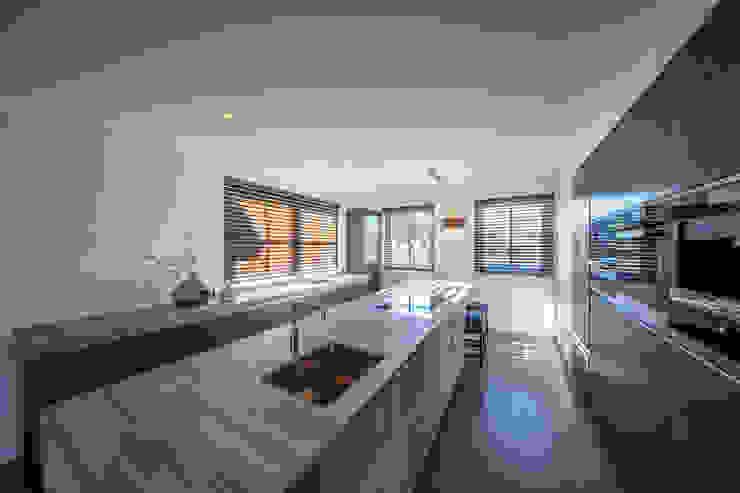 Cocinas de estilo moderno de Medie Interieurarchitectuur Moderno Mármol
