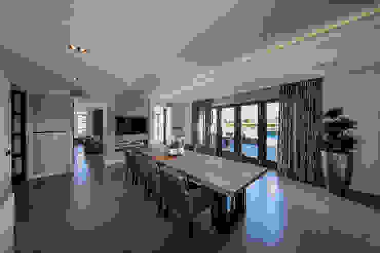 Столовая комната в стиле модерн от Medie Interieurarchitectuur Модерн Дерево Эффект древесины