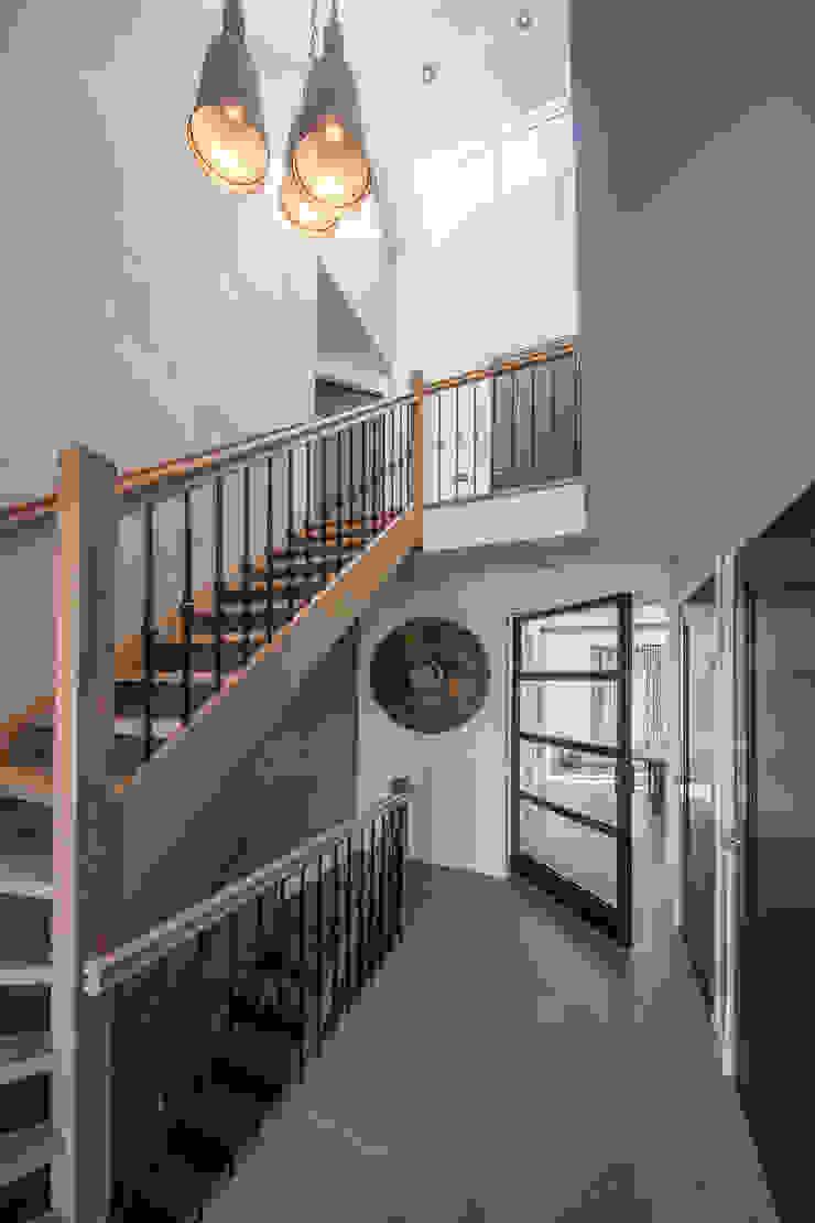 Hall Rustieke gangen, hallen & trappenhuizen van Medie Interieurarchitectuur Rustiek & Brocante Hout Hout