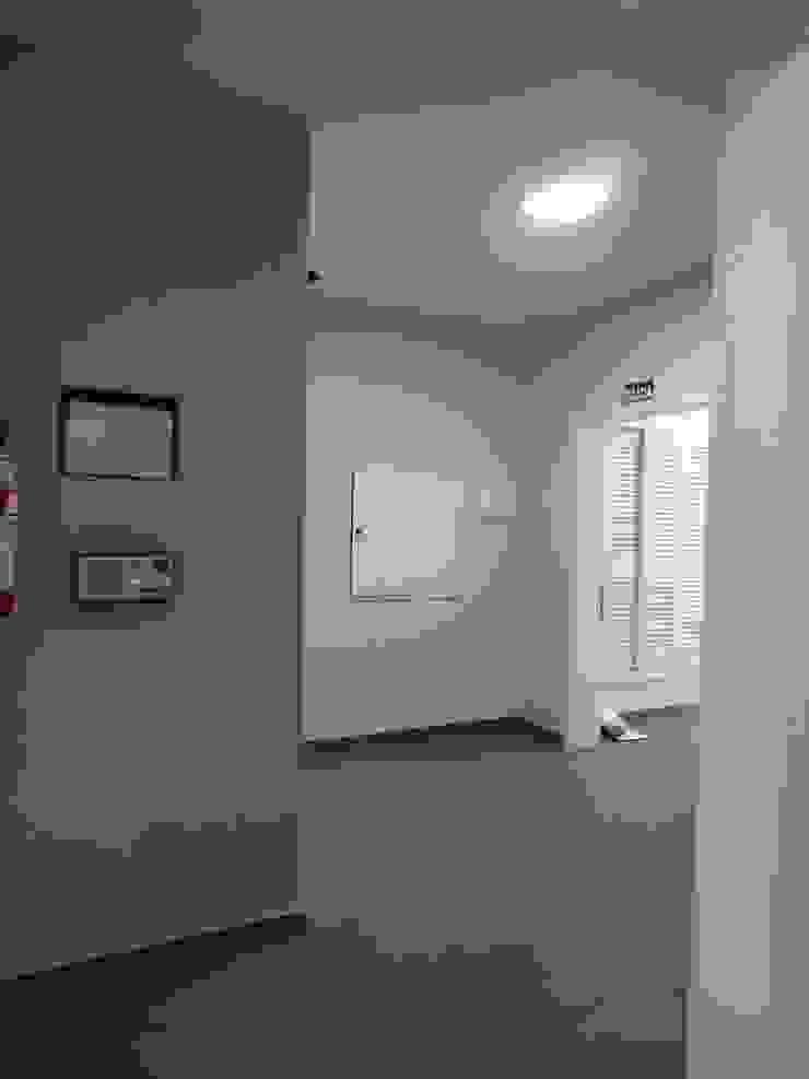 ANTES - HALL DE ENTRADA Corredores, halls e escadas modernos por studio jk design Moderno