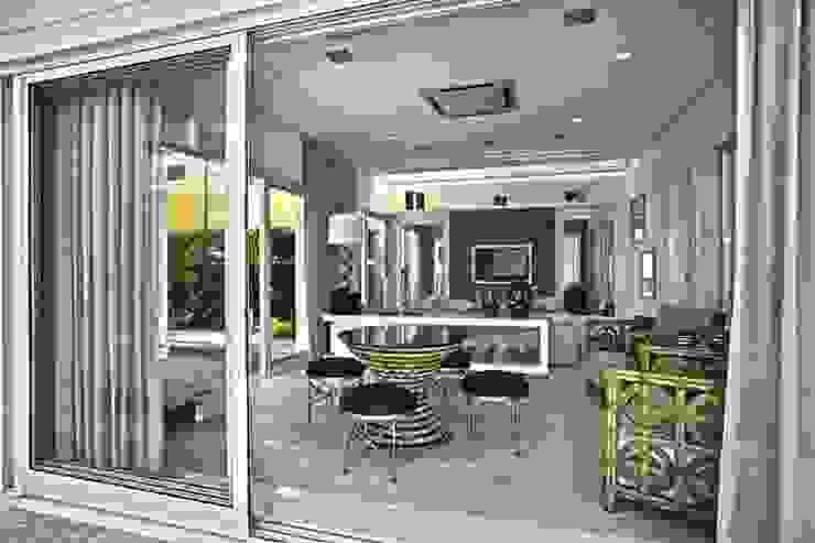 Bianka Mugnatto Design de Interiores Salas multimedia de estilo ecléctico Beige