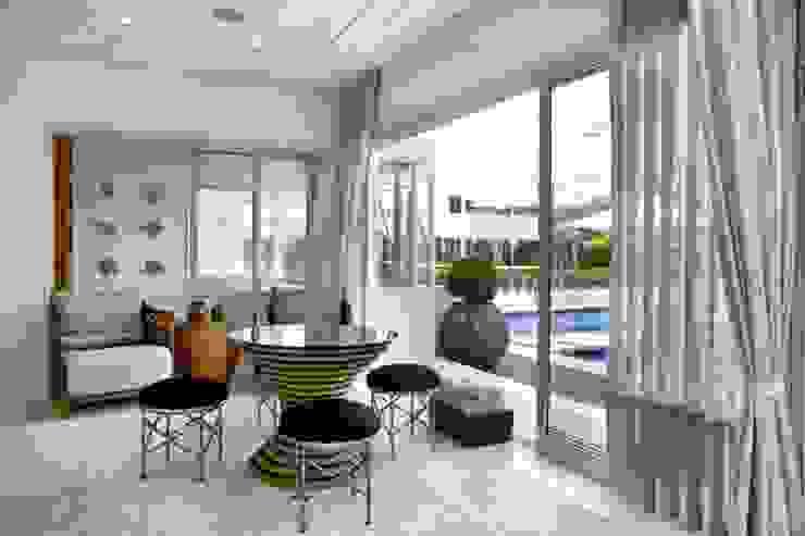 Bianka Mugnatto Design de Interiores Salas multimedia de estilo ecléctico Bambú Blanco