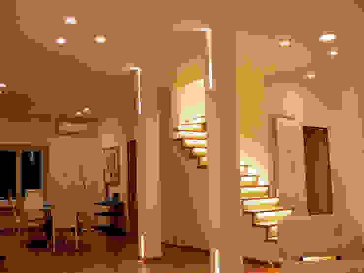 Vestíbulos, pasillos y escaleras de estilo  por Lighting and...