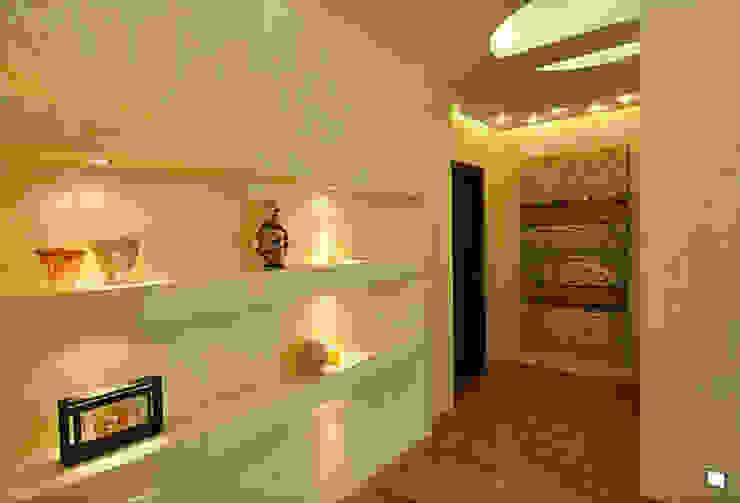 Colonial style corridor, hallway& stairs by Дизайн-студия «ARTof3L» Colonial