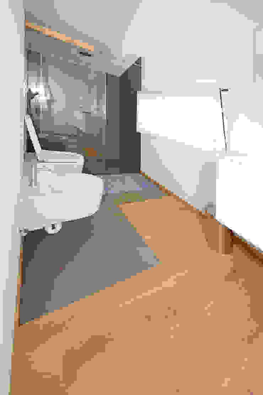 Il parquet in bagno EMMEDUE di Ferruccio Mattiello Soggiorno moderno Legno