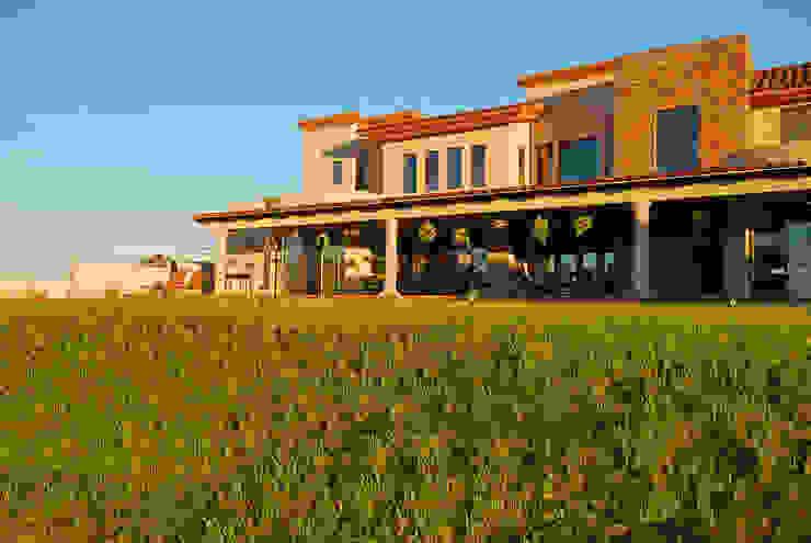 Fachada posterior Atardecer Casas modernas de Acrópolis Arquitectura Moderno