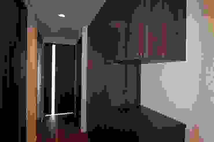 贅沢な大人の箱 I's home: 有限会社横田満康建築研究所が手掛けたスカンジナビアです。,北欧 木 木目調