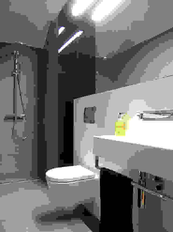 mieszkanie grafitowe Nowoczesna łazienka od Archomega Nowoczesny