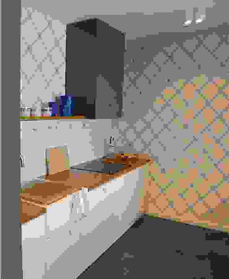 mieszkanie retro Nowoczesna kuchnia od Archomega Nowoczesny