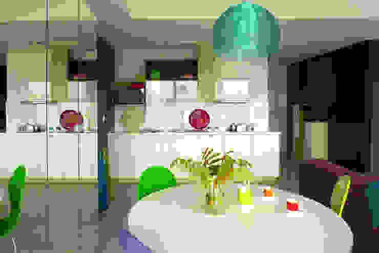 mieszkanie w żywych kolorach Nowoczesna jadalnia od Archomega Nowoczesny