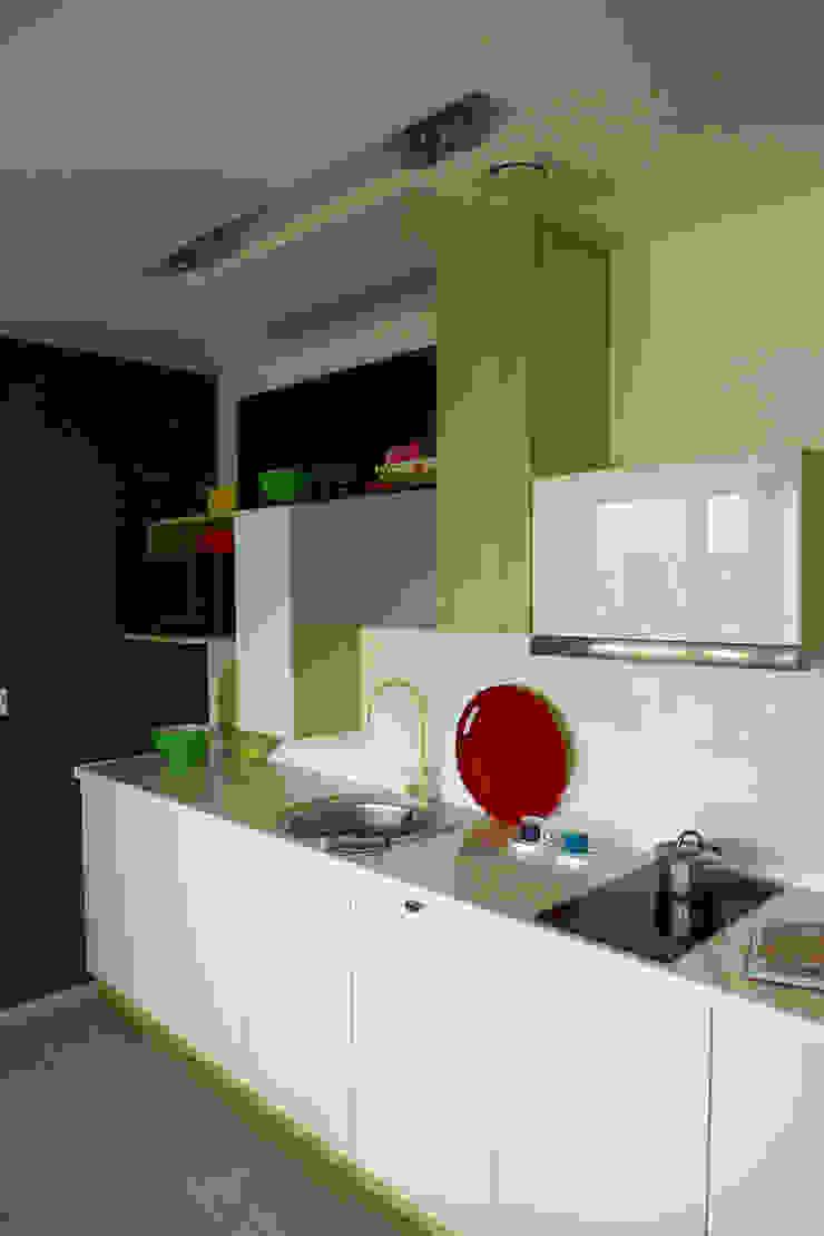 mieszkanie w żywych kolorach Nowoczesna kuchnia od Archomega Nowoczesny