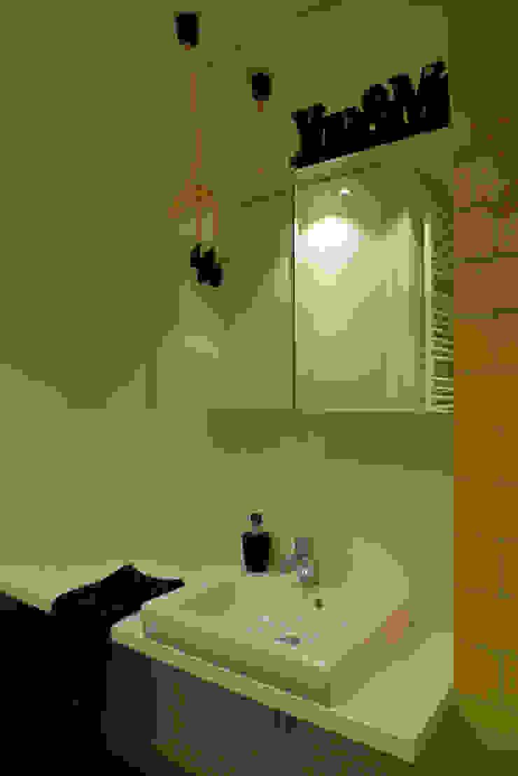 mieszkanie w żywych kolorach Nowoczesna łazienka od Archomega Nowoczesny