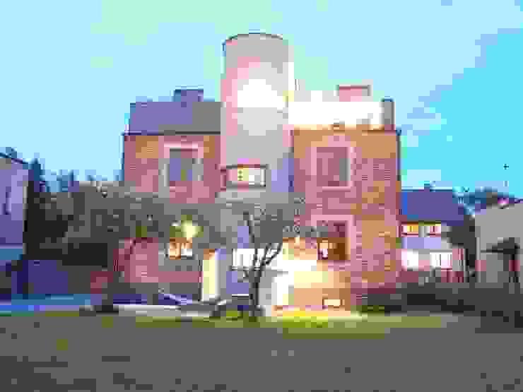 โดย pracownia architektoniczno-konserwatorska festgrupa โมเดิร์น