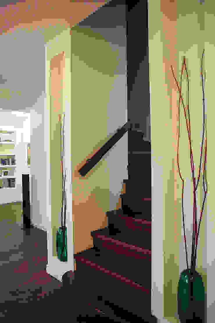Таунхаус <q>Лесные поляны</q> Коридор, прихожая и лестница в эклектичном стиле от Designer Olga Aysina Эклектичный