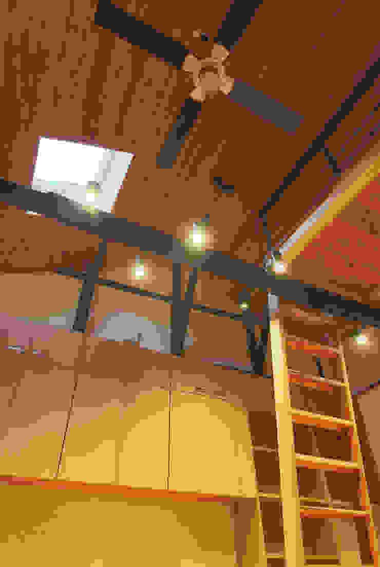 主屋:リビング・ダイニングの吹き抜け モダンデザインの リビング の 一級建築士事務所ささりな計画工房 モダン 無垢材 多色