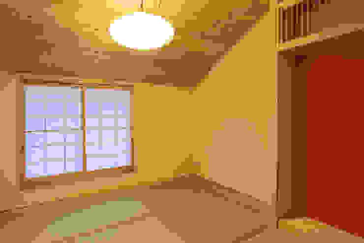 主屋:和室 モダンデザインの リビング の 一級建築士事務所ささりな計画工房 モダン 無垢材 多色