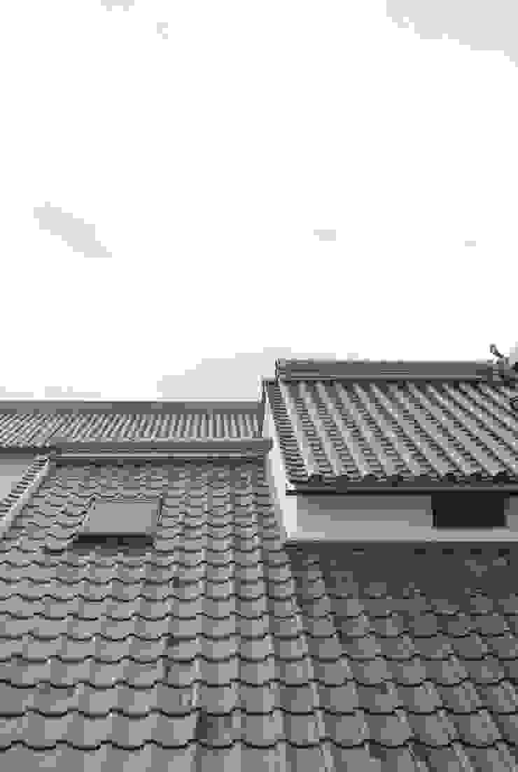主屋:天窓(外観) モダンな 家 の 一級建築士事務所ささりな計画工房 モダン セラミック