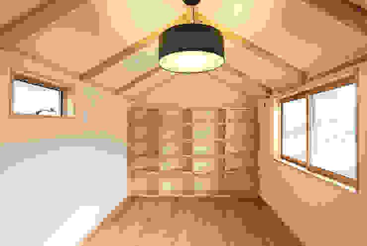 はなれ:内観(2階) モダンスタイルの寝室 の 一級建築士事務所ささりな計画工房 モダン 無垢材 多色