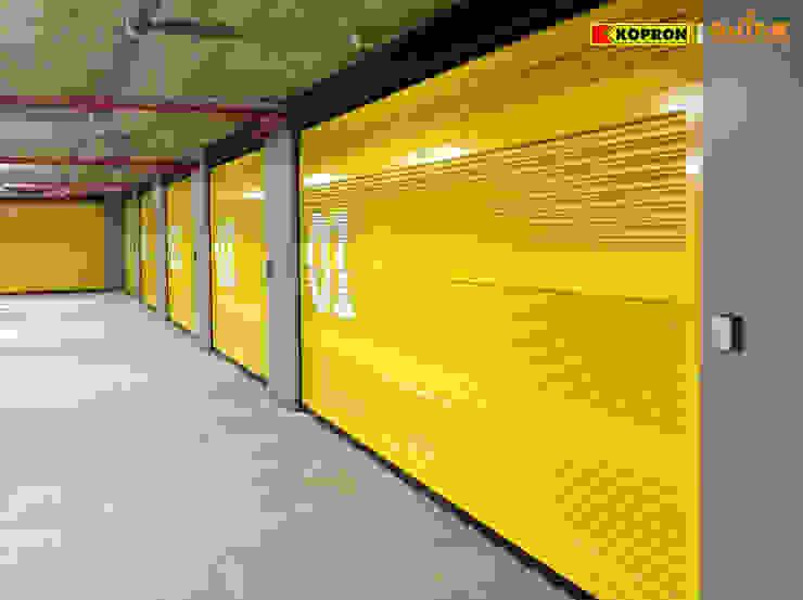 Portoni Sezionali per garage Garage/Rimessa in stile moderno di Kopron S.p.A. Moderno