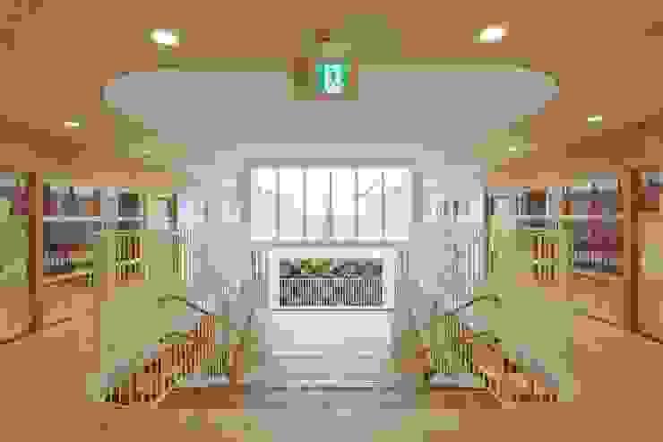 中庭に面した大階段、それを囲む廊下、保育室 モダンな 壁&床 の フィールド建築設計舎 モダン 木 木目調